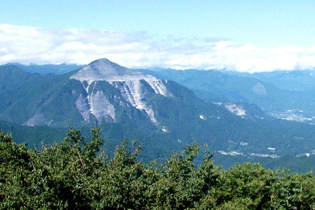 秩父神社の神体山「武甲山」